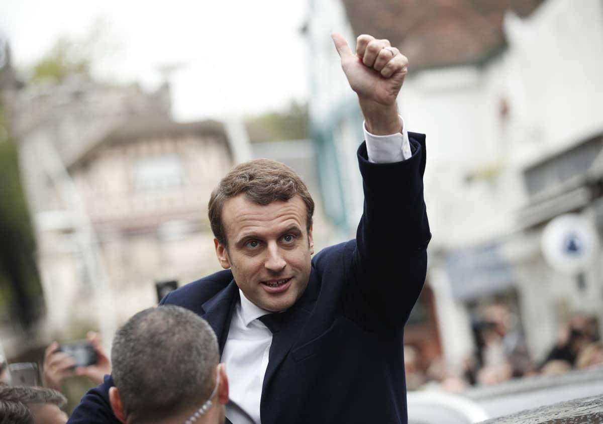 Emmanuel Macron peukalo pystyssä.