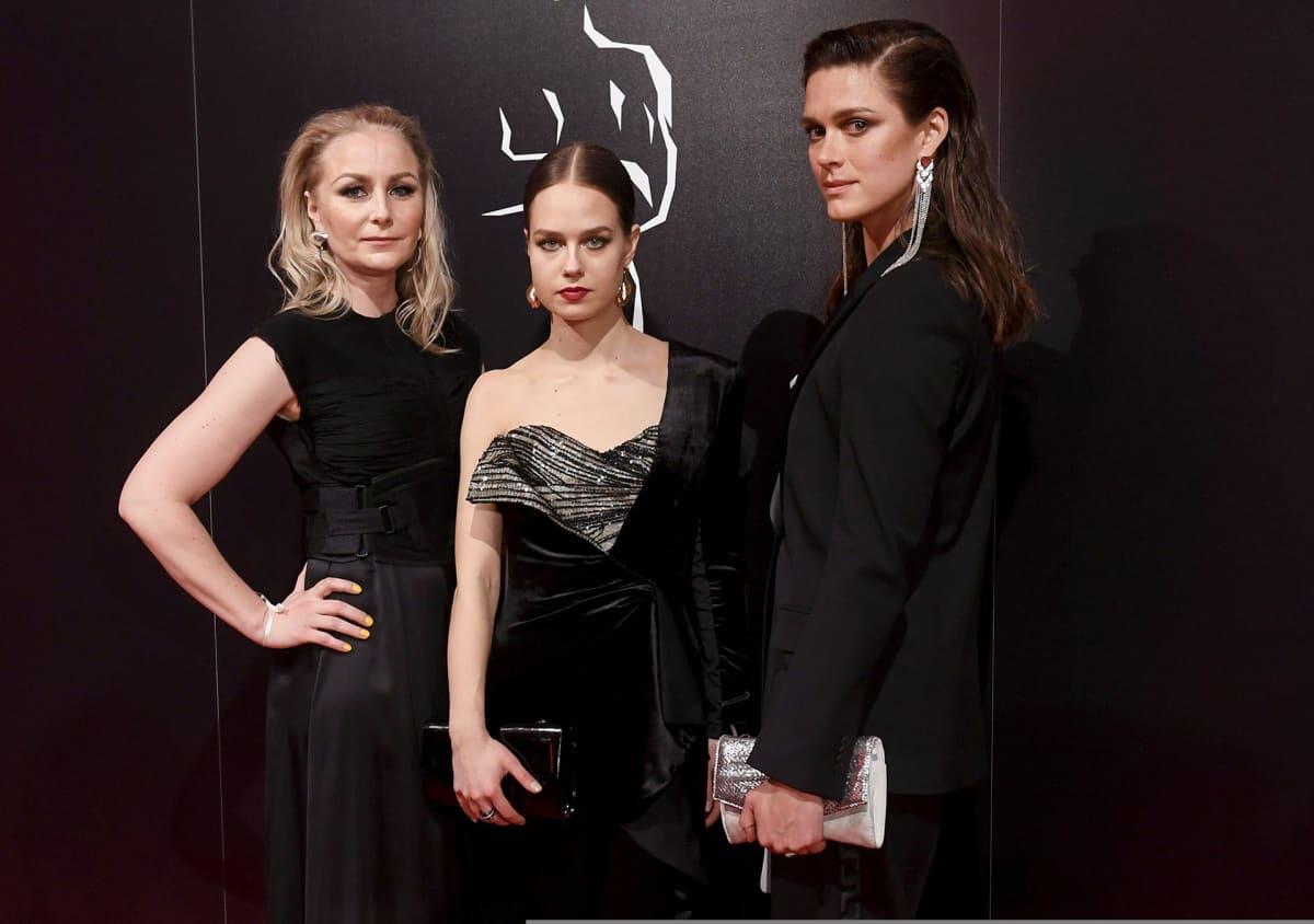 Vasemmalta, Miami-elokuvan ohjaaja-käsikirjoittaja Zaida Bergroth sekä näyttelijät Sonja Kuittinen (kesk.) ja Krista Kosonen punaisella matolla Jussi-gaalassa