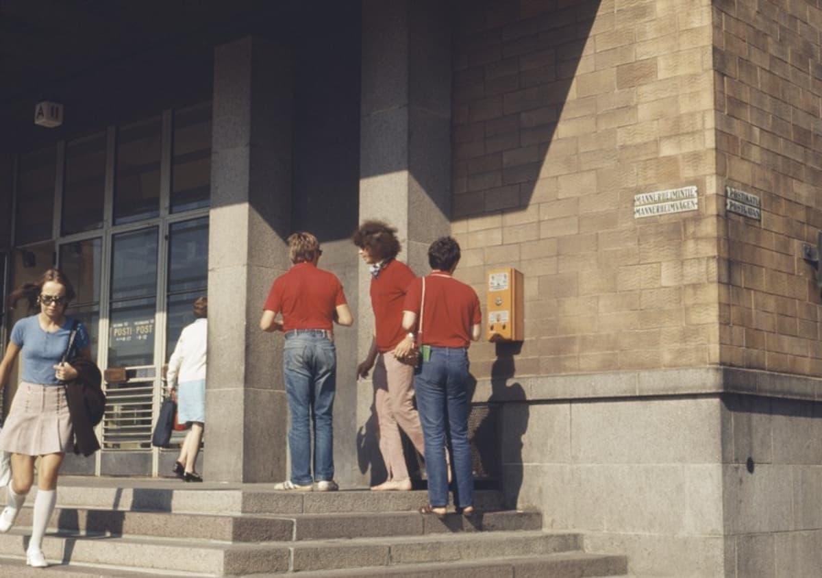 Turisteja Postitalon portailla vuonna 1971.