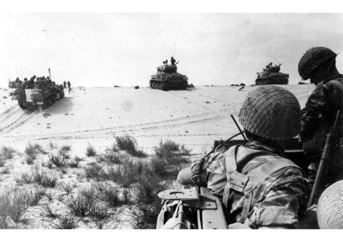 Israelin sotilaita Sinain aavikolla kesällä 1967.