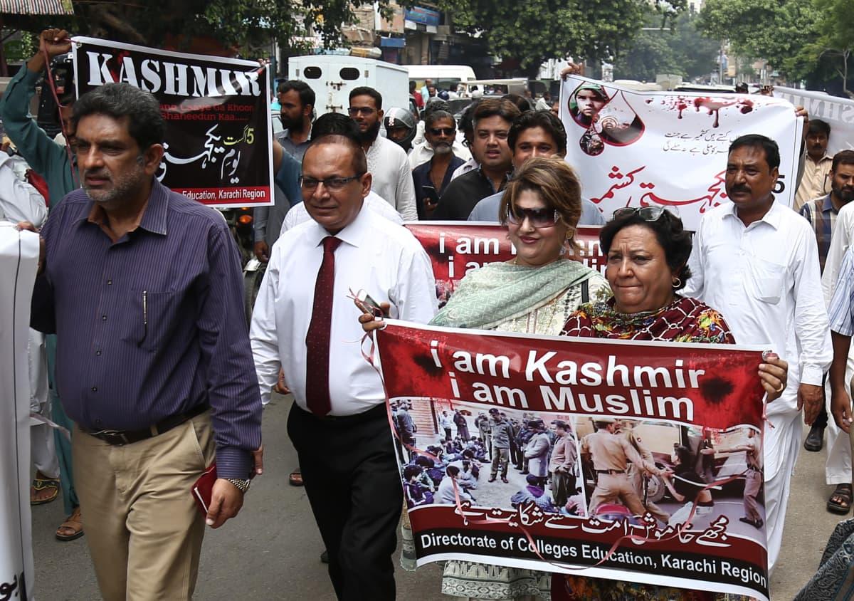 Mielenosoitus Pakistanin-puoleisessa Kashmirissa.