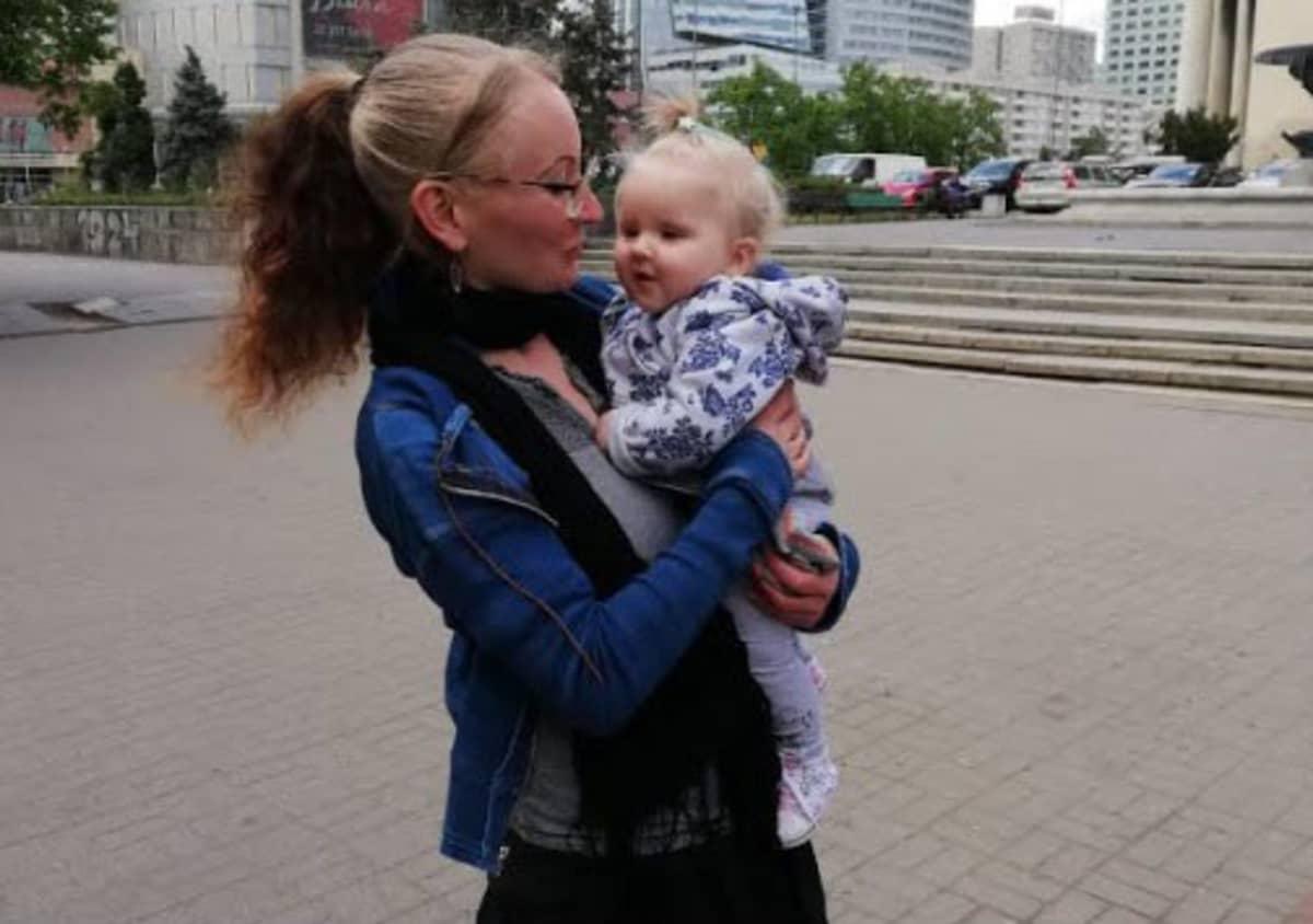 Melinda vauvan kanssa kaupungilla