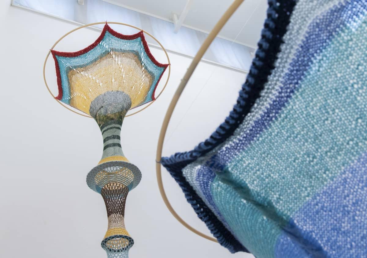 katosta riippuvia tekstiilitaideteoksia