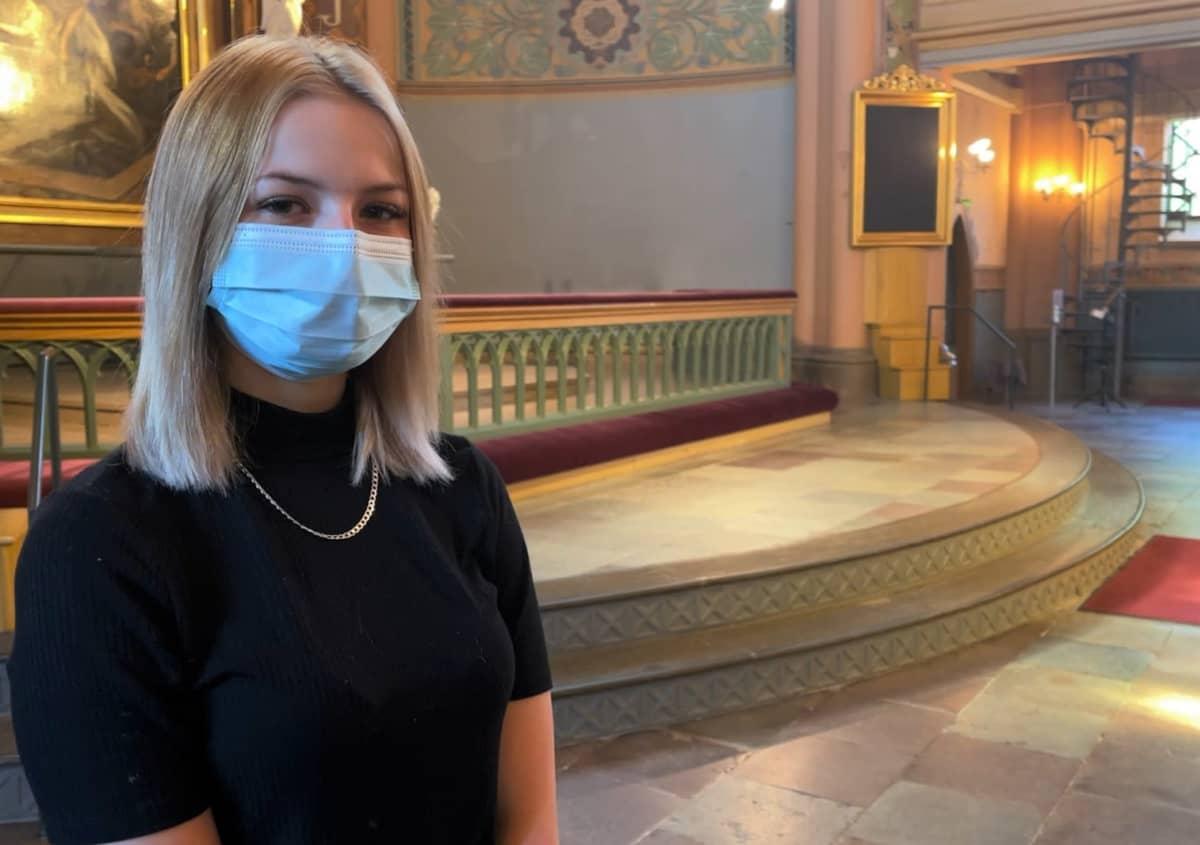 Porilainen Mirella Kárpáti Keski-Porin kirkossa harjoittelemassa konfirmaatiota.