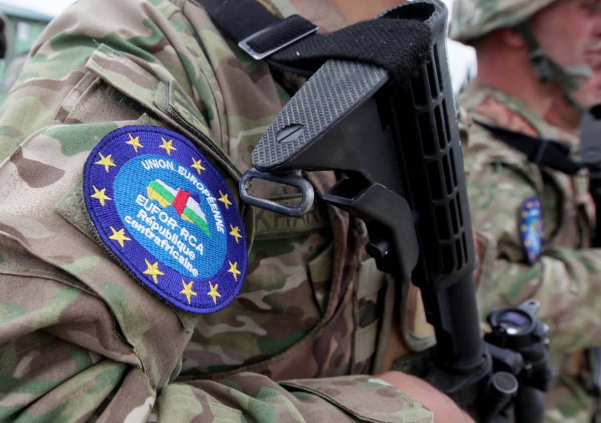 Lähikuva EUFOR RCA -operaation hihamerkistä sotilaan asepuvussa.