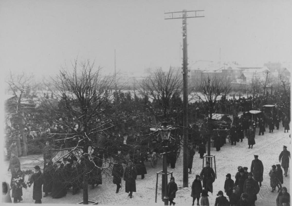 Vilmsille järjestettiin Virossa suuret hautajaiset vuonna 1920.