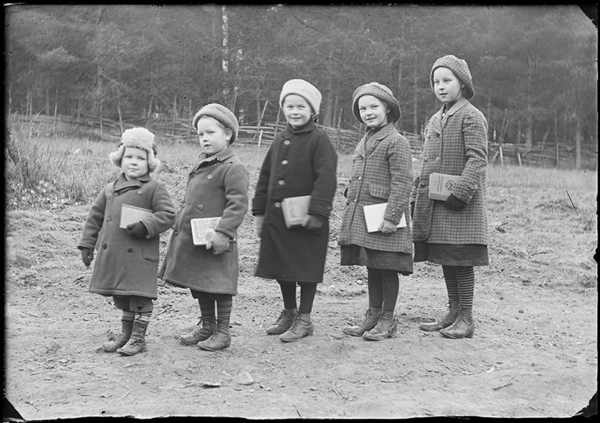 Kuvaajan lapset lähdössä kouluun Ruoveden kirkonkylällä vuonna 1913.