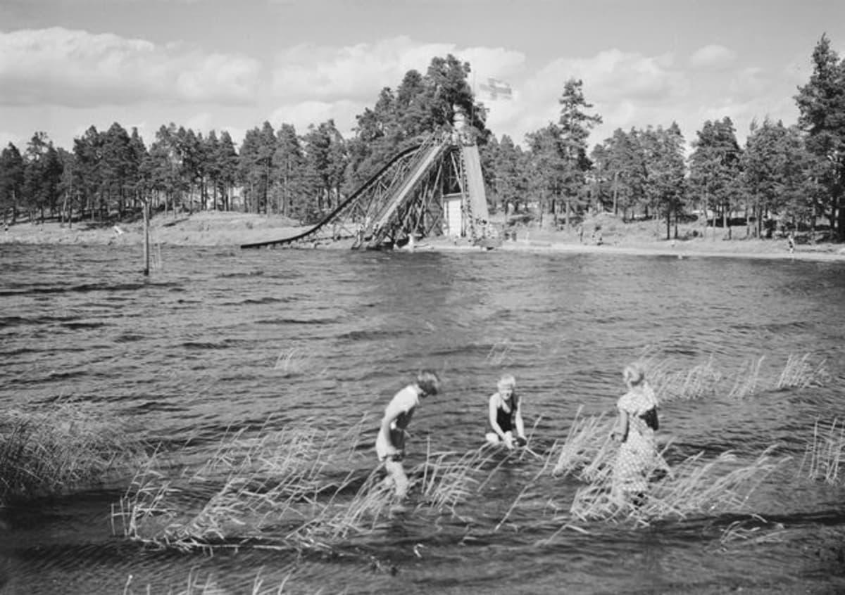 Myllysaaren uimaranta 1930-luvulla.