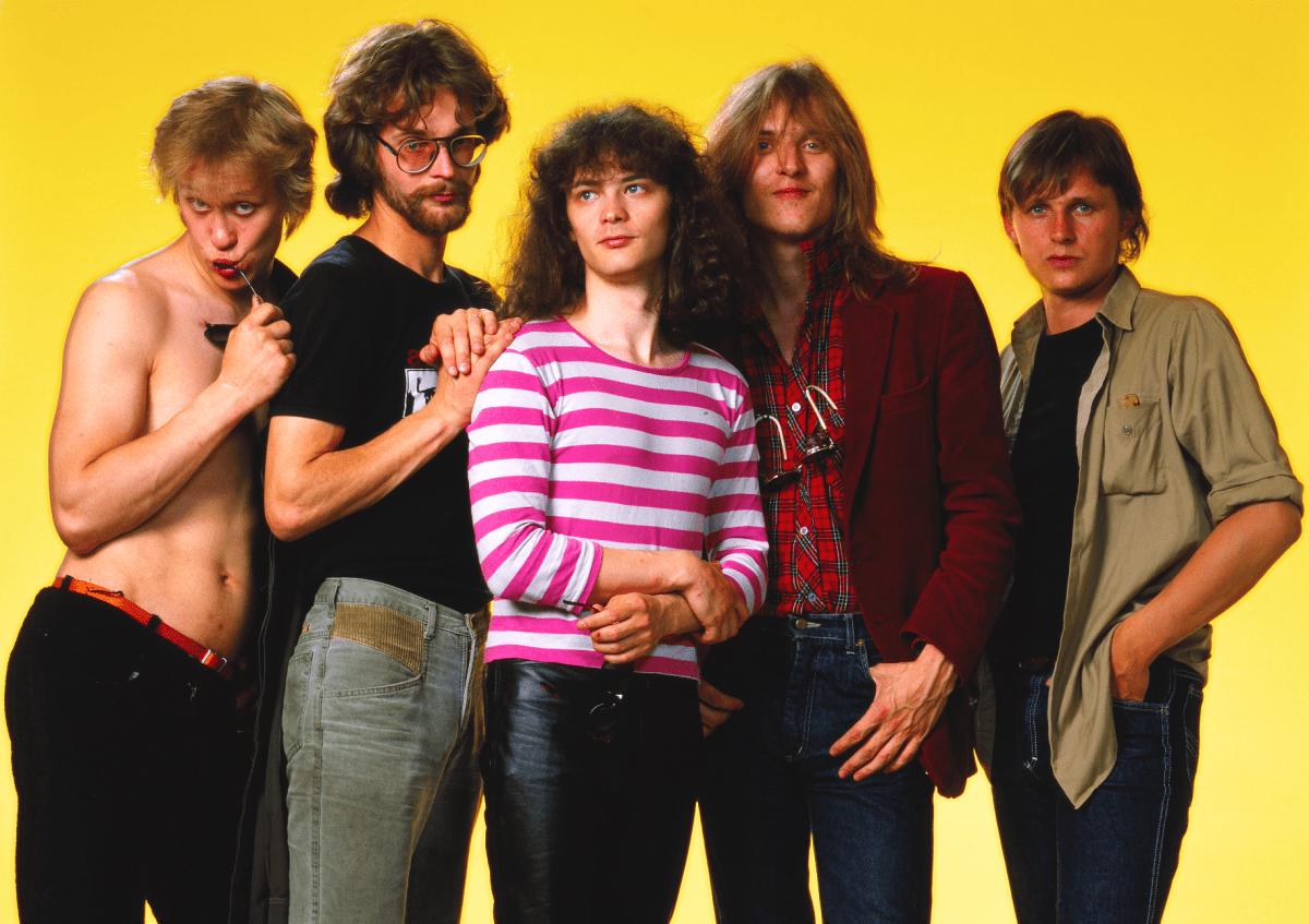Vuoden 1984 Eppu Normaali: Martti Syrjä, serkku Aku Syrjä, Juha Torvinen, Pantse Syrjä ja Mikko Nevalainen.