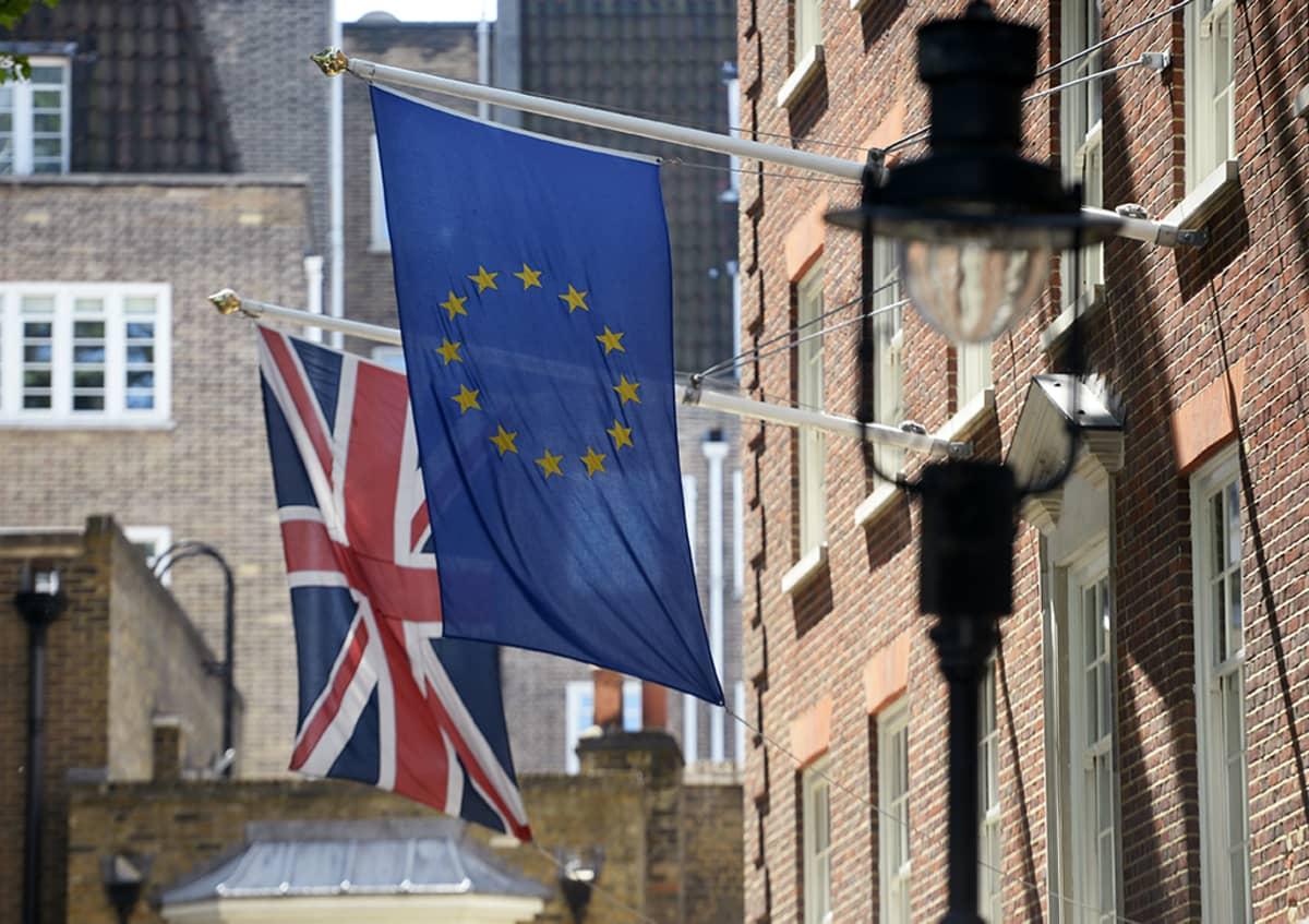 Yhdistyneen kuningaskunnan ja EU:n liput vierekkäin roikkumassa.
