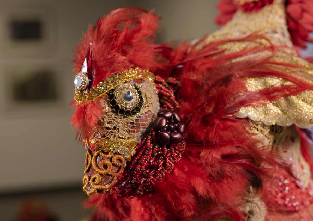 koristeellinen linnun pää, joka on osa hanna viitalan kollaasiveistosta