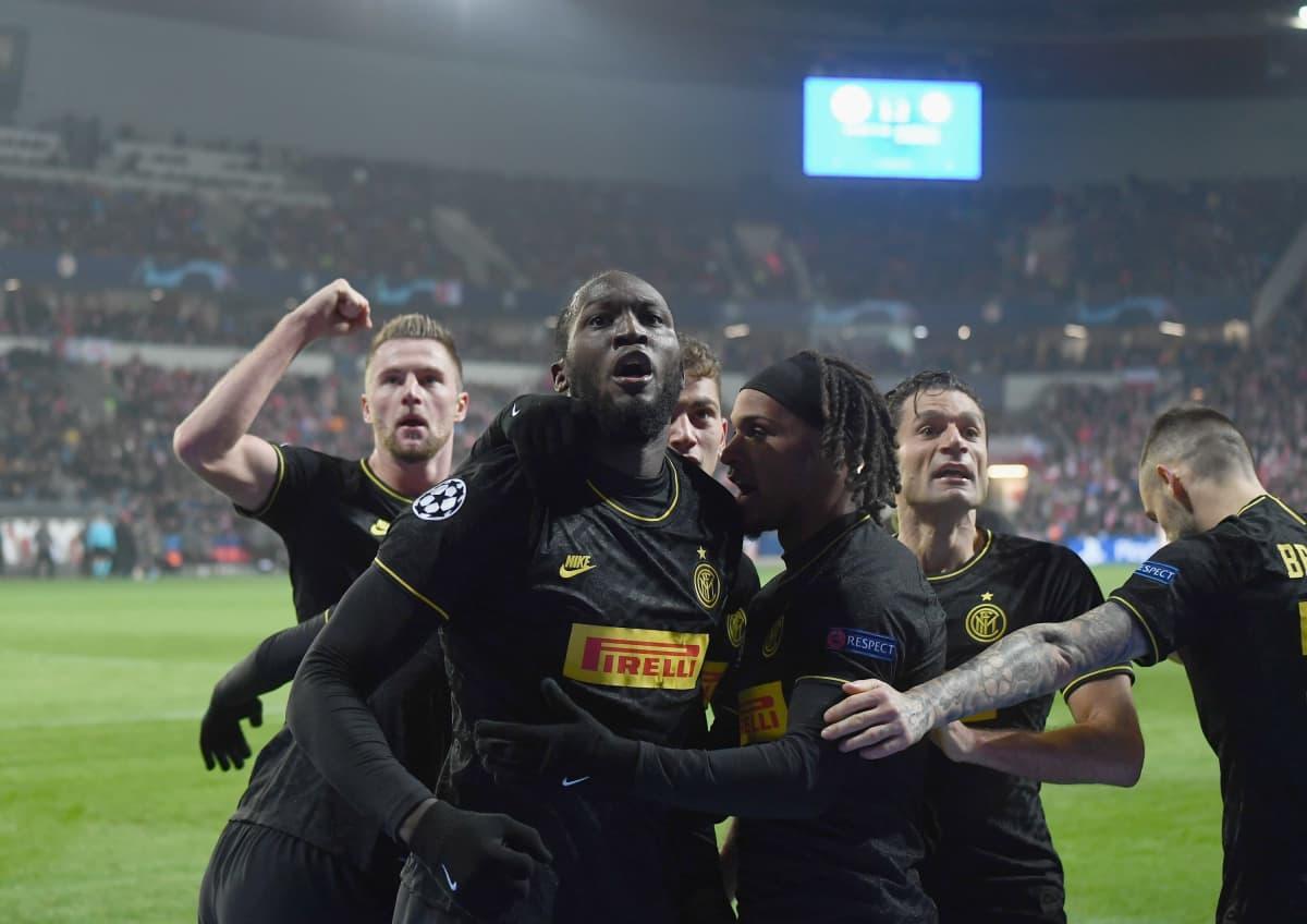 Interin Romelu Lukaku tuulettaa maalia Slavia Prahan vieraana marraskuussa 2019.