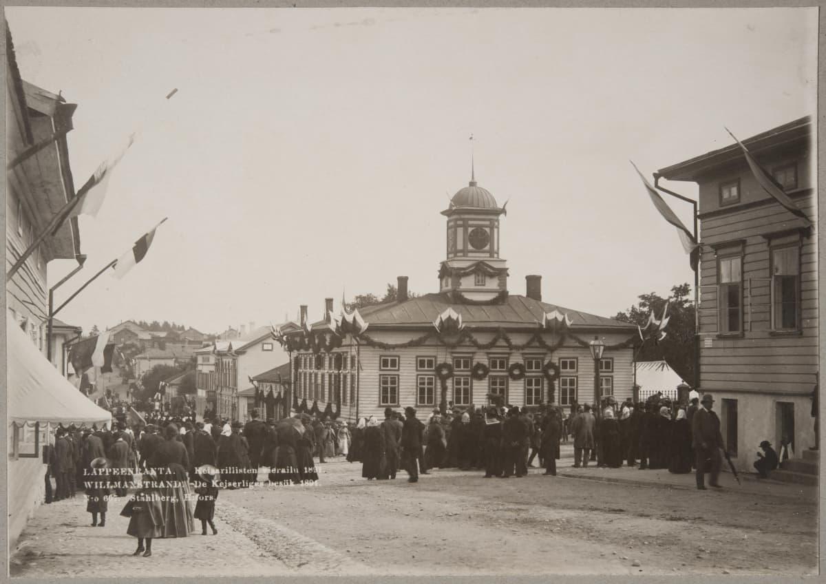 Satoja ihmisiä seuraamassa, kun keisari Aleksanteri III saapuu Lappeenrannan keskustaan Raatihuoneen lähelle.
