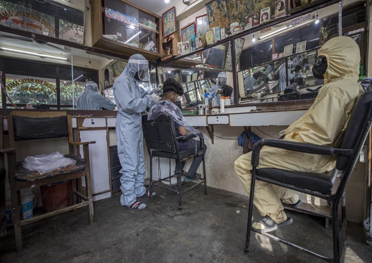 Kathmandussa, Nepalissa partureilla oli kesäkuussa 2020 perusteellinen suojavarustus.