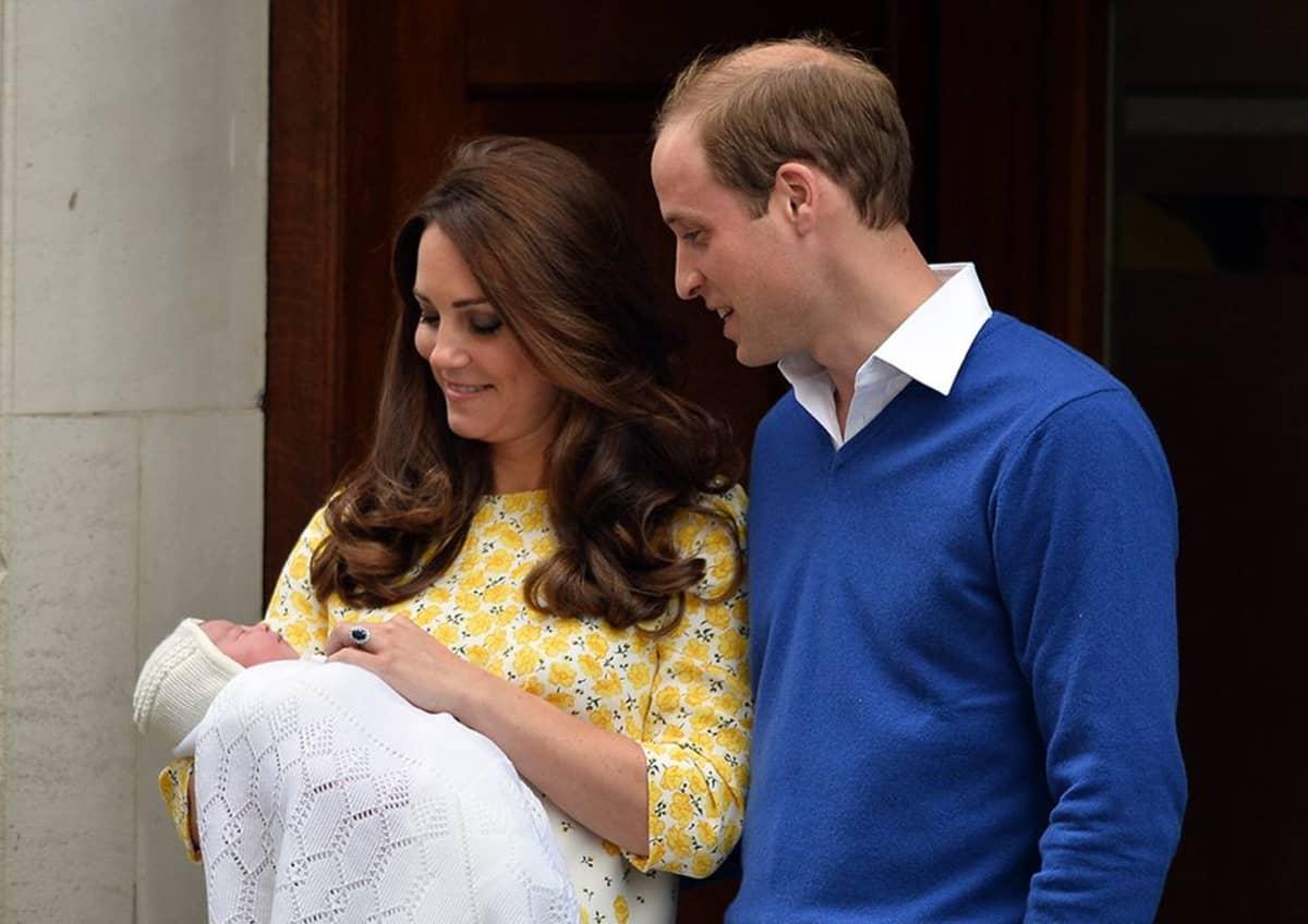Prinssi William ja herttuatar Catherine  vasta syntyneen pikkuprinsessan kanssa 2. toukokuuta 2015.