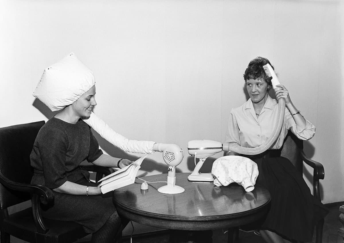 Työtehoseuran hiustenkuivaaja-testi käynnissä tammikuussa 1962.