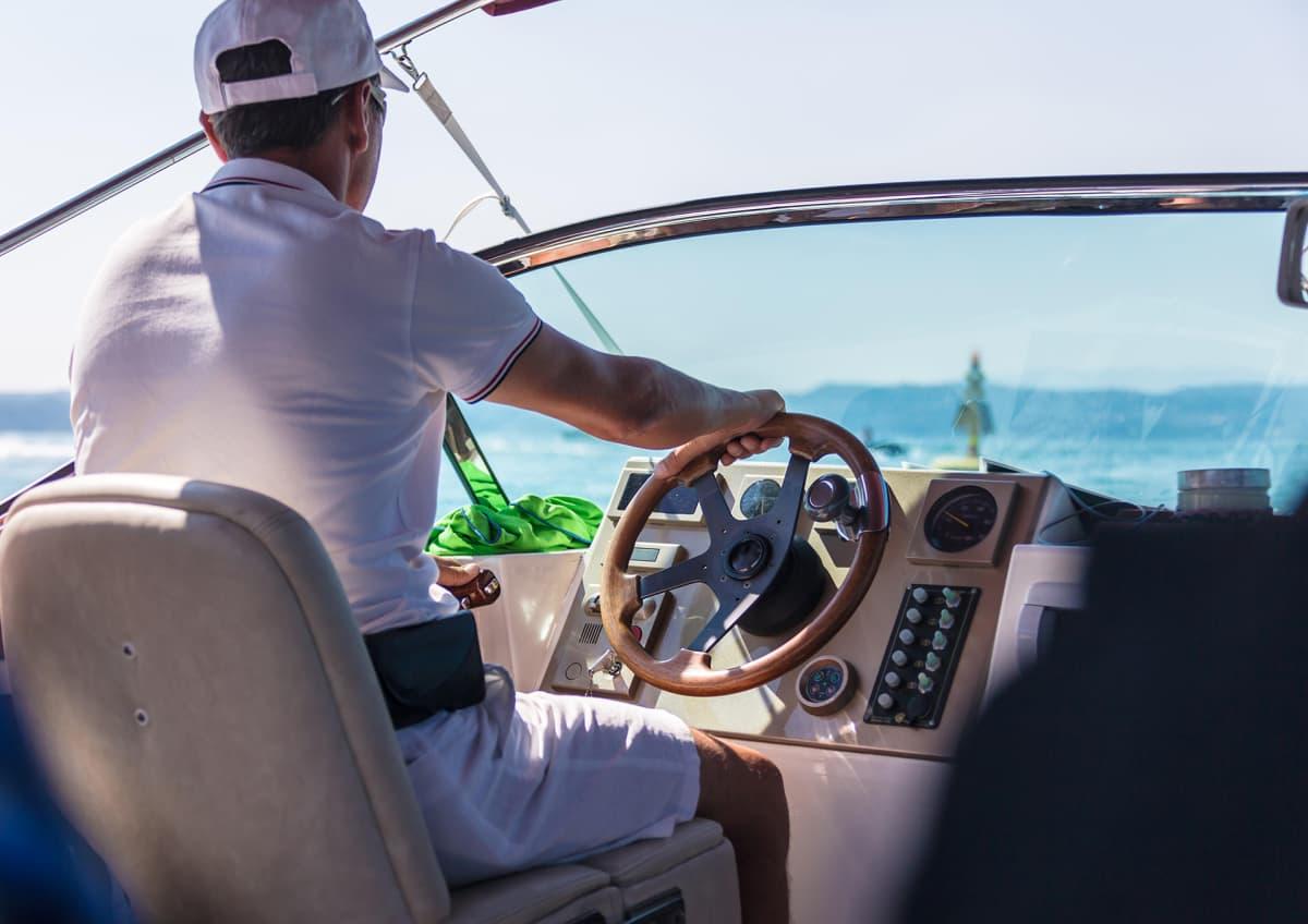 Mies ajaa veneellä.