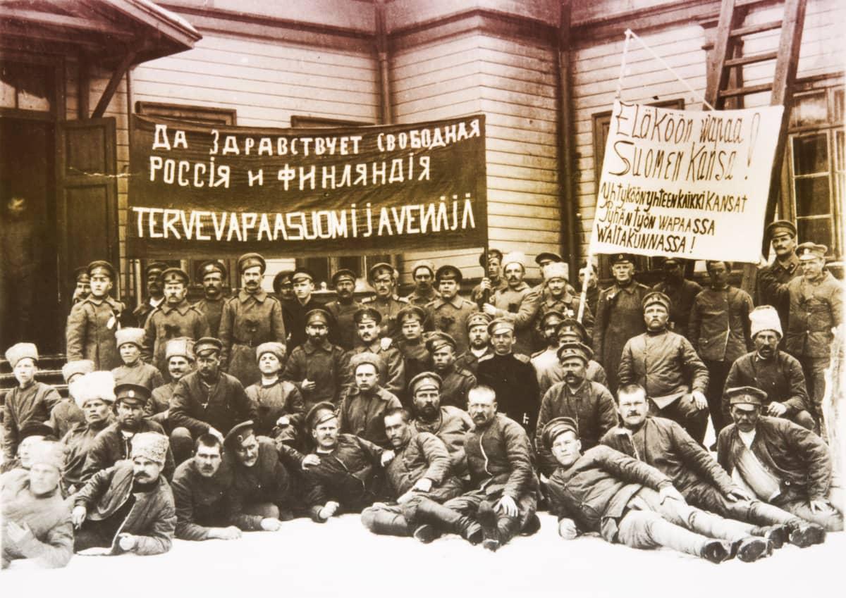 Venäläisiä sotilaita julisteineen kevättalvella 1917 Helsingissä.