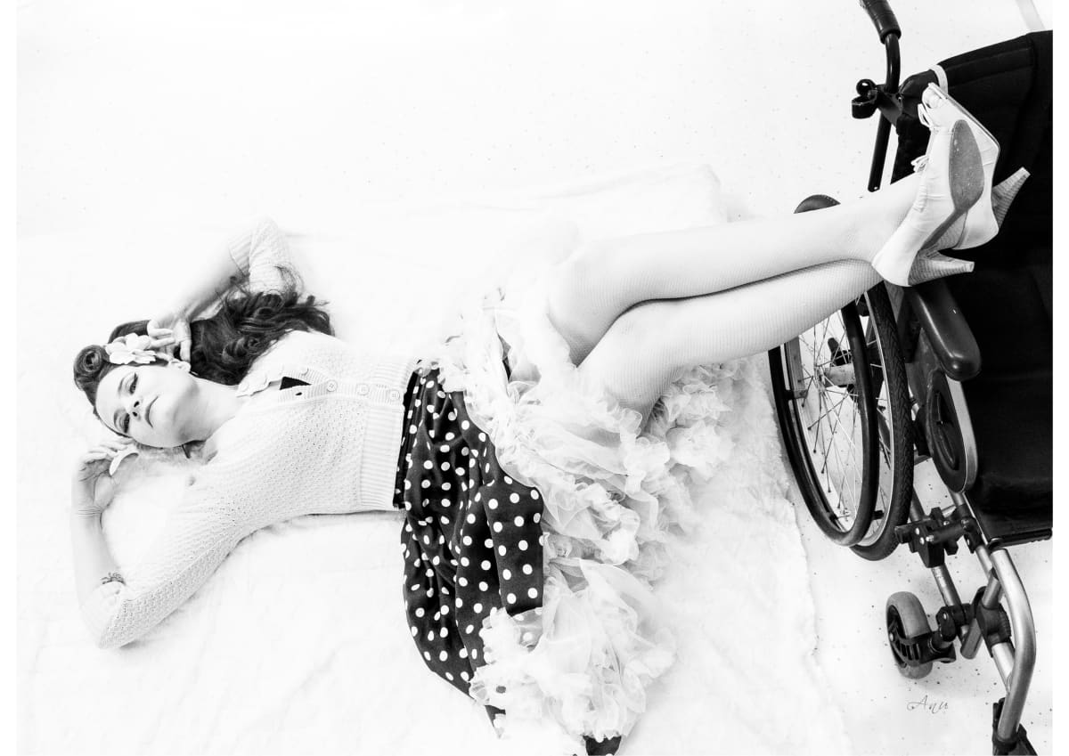 Suski Mattila poseeraa pyörätuolinsa kanssa.