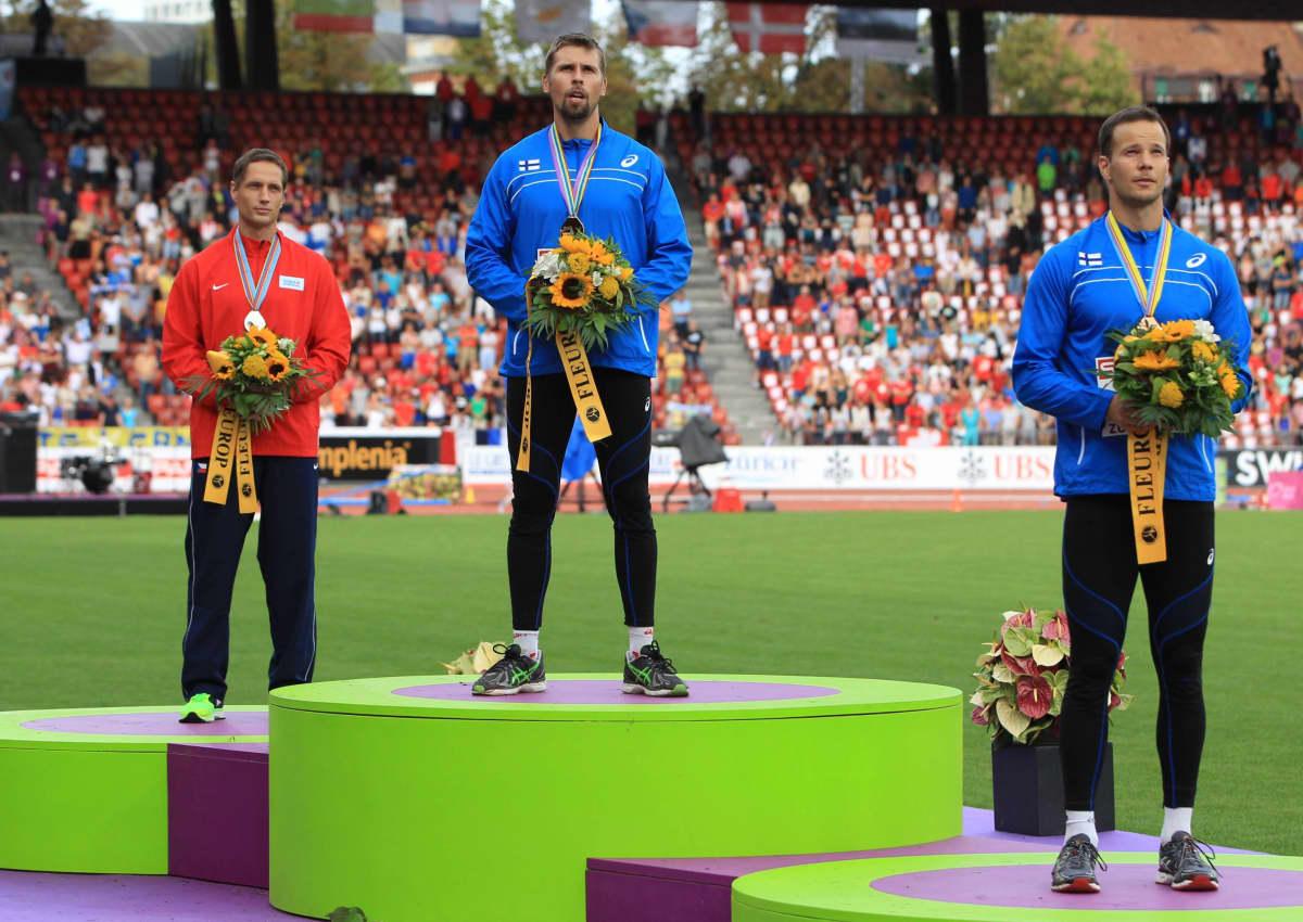 Antti Ruuskanen seisoo korkeimmalla korokkeella vuoden 2014 Zürichin EM-finaalin jälkeen. Tero Pitkämäki (oikealla)  otti kisassa pronssia.