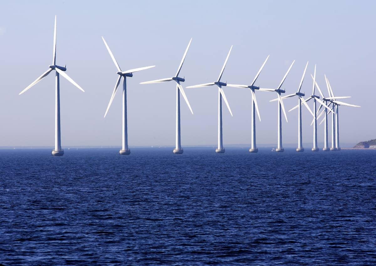 Tuulivoimapuisto Tanskan rannikon edustalla.