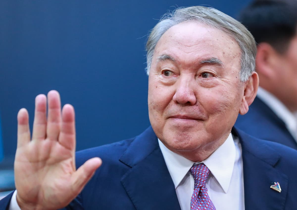 Nursultan Nazarbajev nousi Kazakstanin johtoon ennen kuin se itsenäistyi Neuvostoliitosta ja oli itsenäisen maan ensimmäinen presidentti. Hän ilmoitti tiistaina siirtyvänsä syrjään.