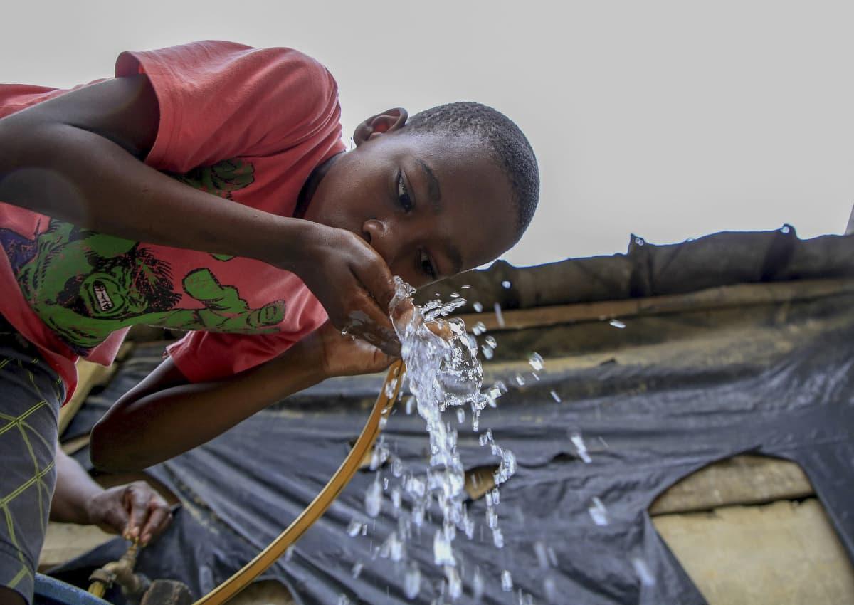 Poika juo puhdasta vettä.