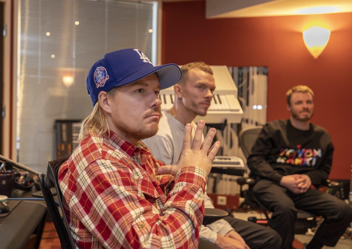 JVG rap-duon Wille Galle, tuottaja Antti Rzy Riihimäki ja tuottaja Jukka Immonen Helsingin Punavuoressa olevalla Fried-studiolla.