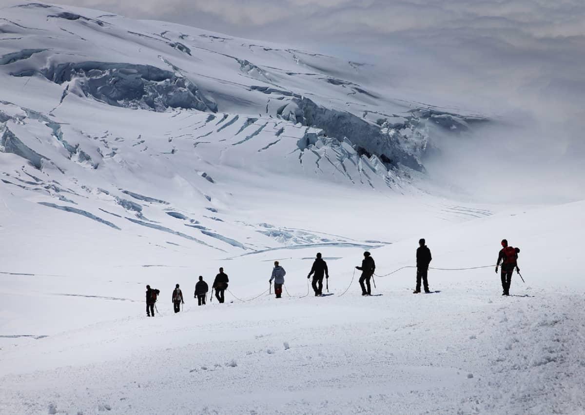 Turisteja jäätiköllä