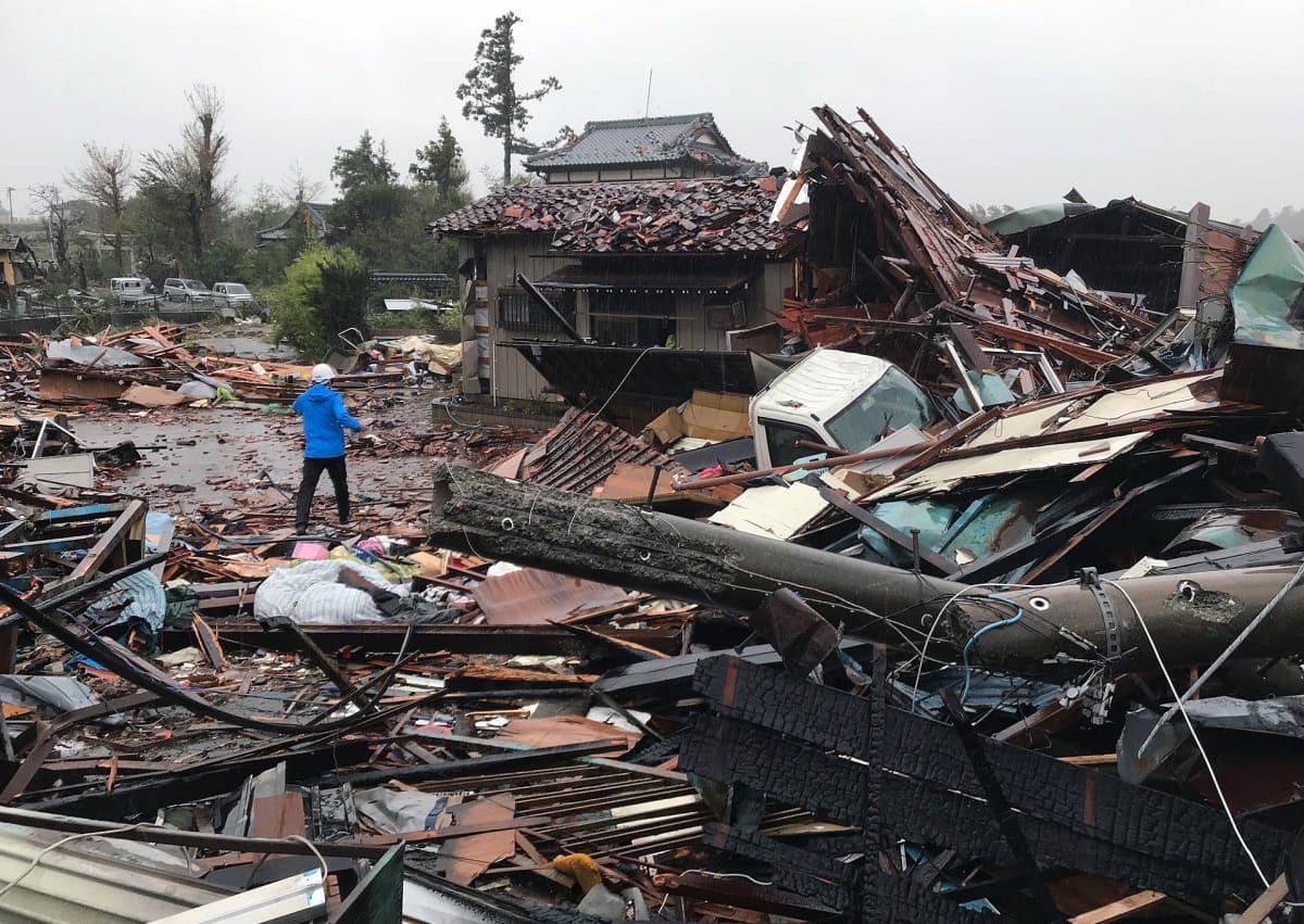 Hagibis-taifuunin aikaansaaman tornadon tuhoja Ichiharan kaupungissa Chiban prefektuurissa.