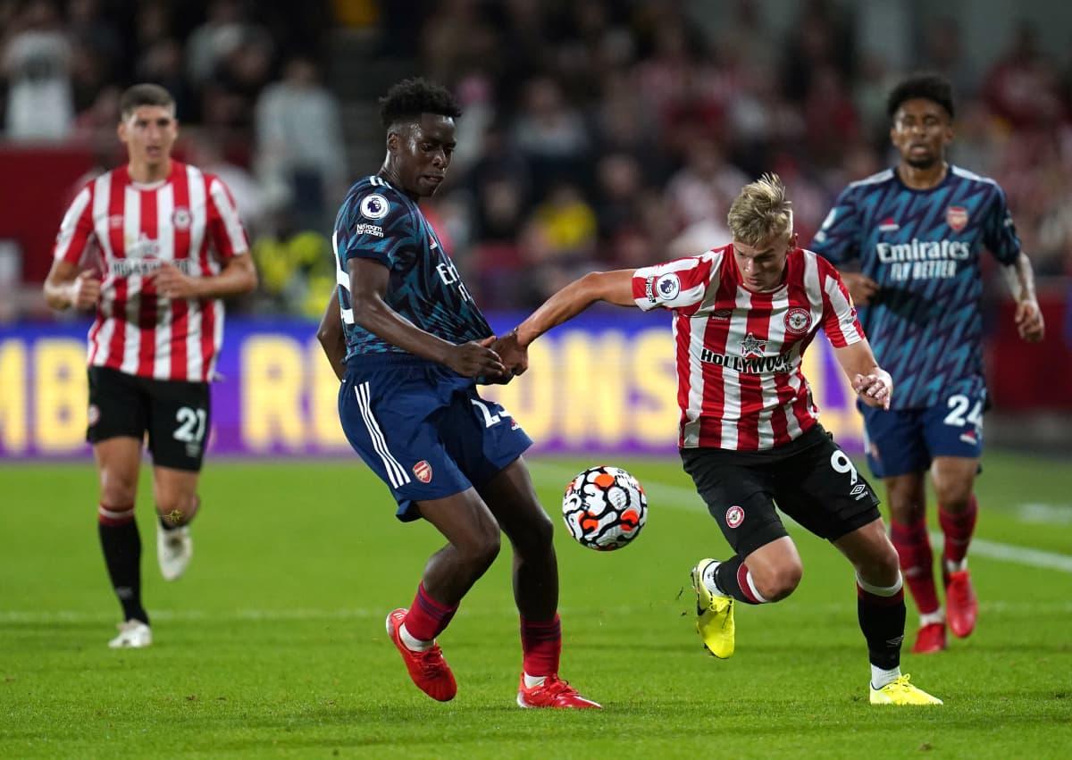 Arsenalin Sambi Lokonga ja Brentfordin Marcus Forss kaksinkamppailussa Valioliigan avausottelussa