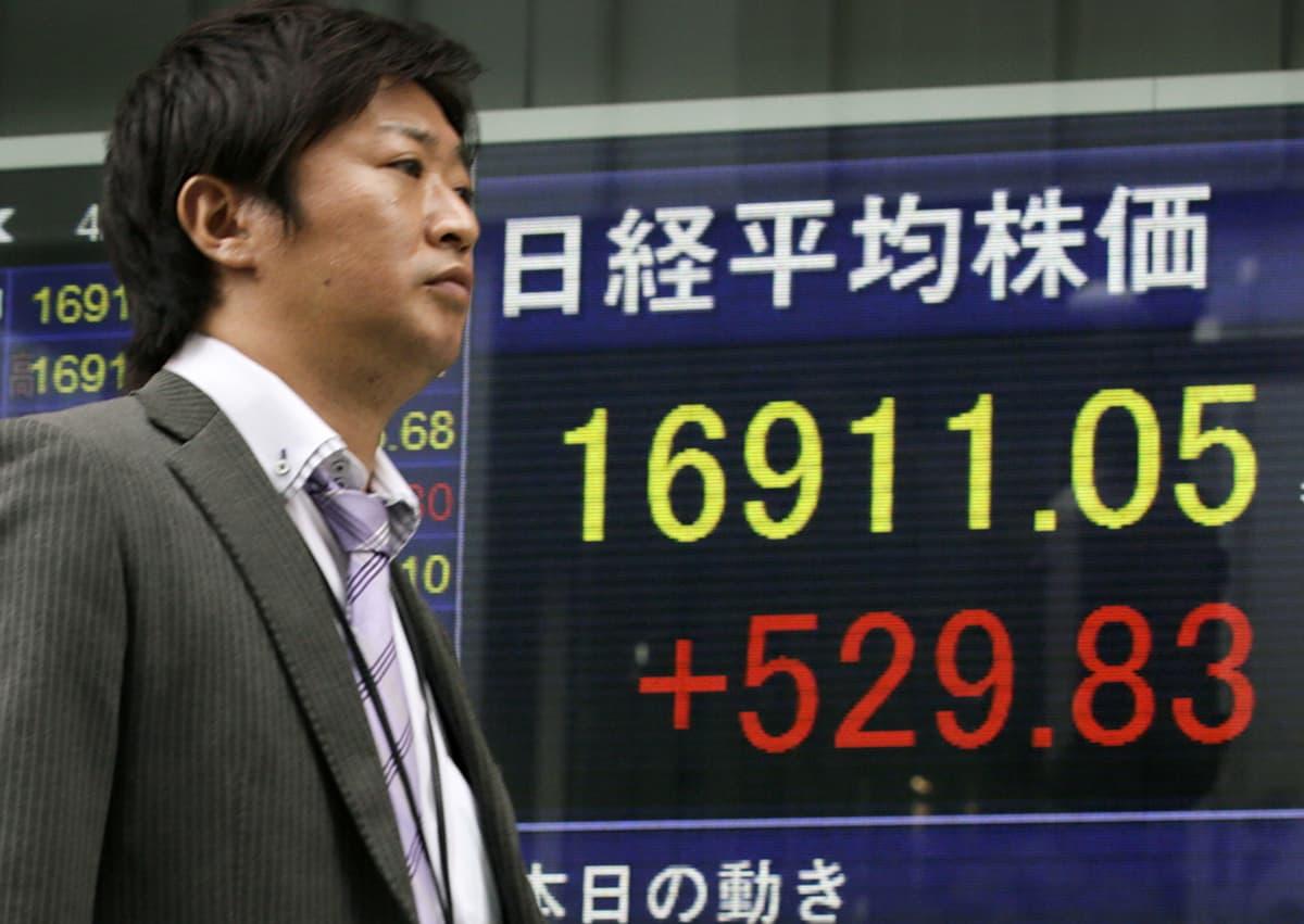 Liikemies käveli pörssikurssitaulun ohi Tokiossa huhtikuussa.