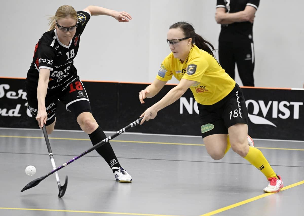 Elina Kujala (vas) ja PSS:n Ella Holmberg (18) salibandyn F-liigan finaaliottelussa 17. huhtikuuta 2021.