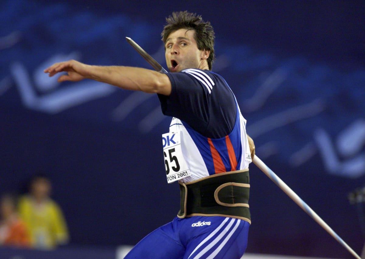 Edes loppuvuodesta 1997 leikattu olkapää ei estänyt Jan Zeleznyä voittamasta urallaan vielä olympia- ja MM-kultaa sekä MM- ja EM-pronssia. Kuva on Edmontonin MM-finaalista, jonka hän voitti tuloksella 92,80. Se on kovin olkapääleikkauksen jälkeen heitetty tulos.