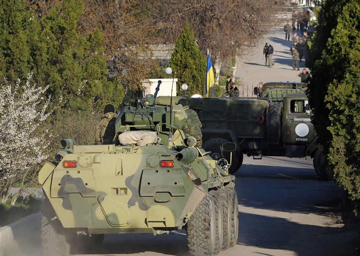 Venäläisjoukot valtaamassa ukrainalaista lentotukikohtaa Belbekin kaupungissa Sevastopolin lähistöllä.