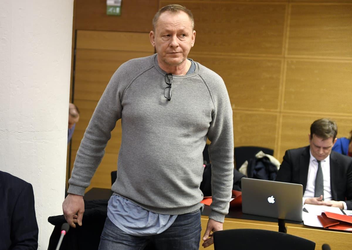 Törkeästä kiristyksestä epäilty Keijo Vilhunen laajan kiristysjutun käsittelyssä Helsingin käräjäoikeudessa 28. helmikuuta