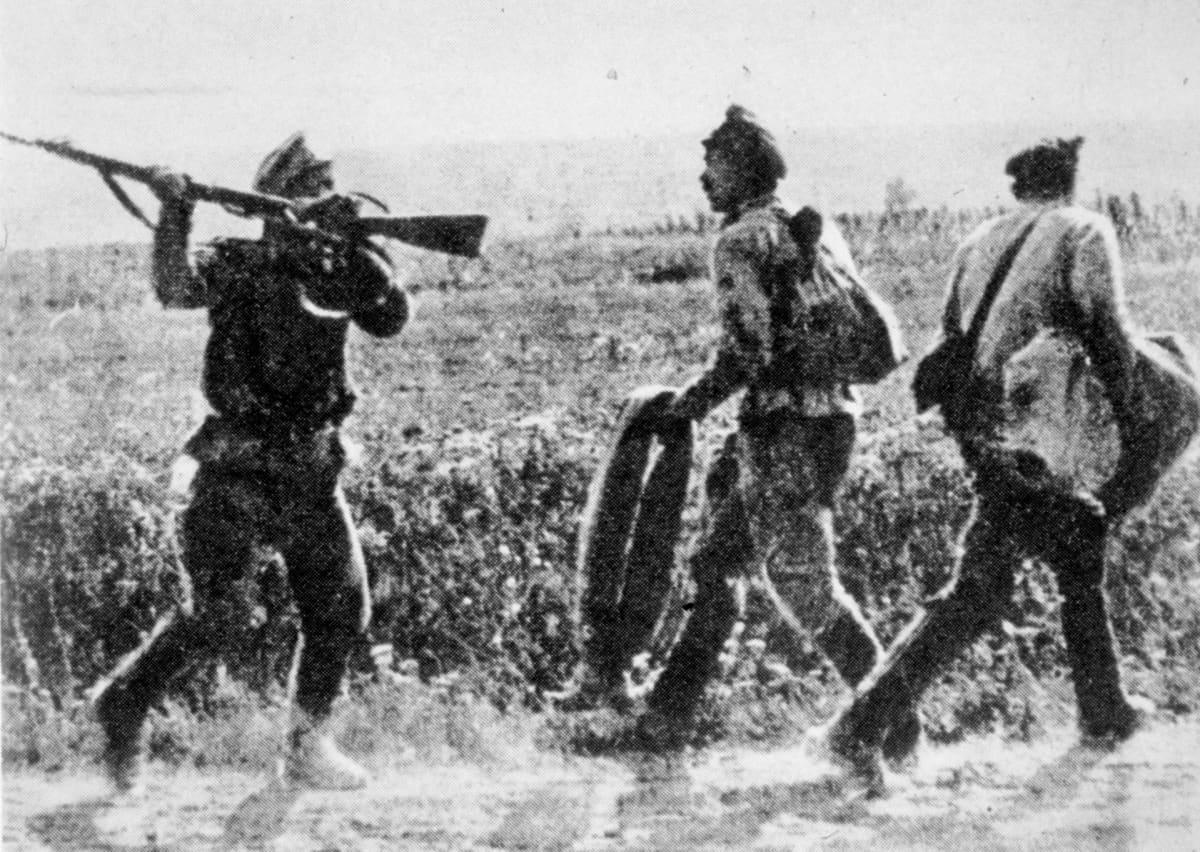 Sotilaita pakenemassa rintamalta.