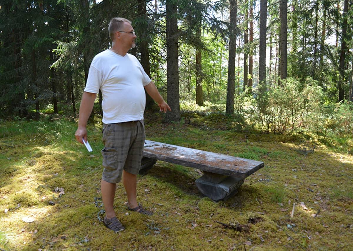 Heikki Pesämaa esittelee metsästä löydettyä shamaaniympyrää.