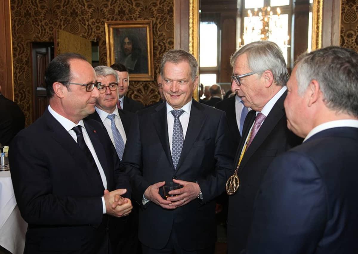 Ranskan presidentti Francois Hollande, presidentti Niinistö, Euroopan komission puheenjohtaja Jean-Claude Juncker ja Jordanian kuningas Abdullah II keskustelevat Aachenissa.