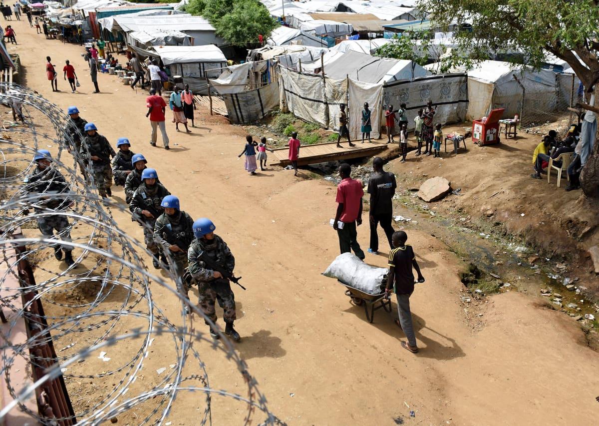 YK:n rauhanturvaajia kävelee Juban kaduilla.
