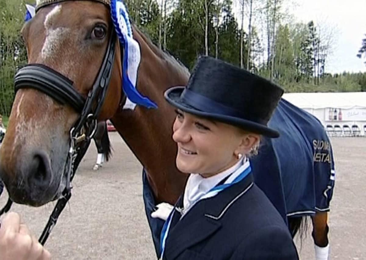 Kouluratsastuksen Suomen mestari Stella Hagelstam