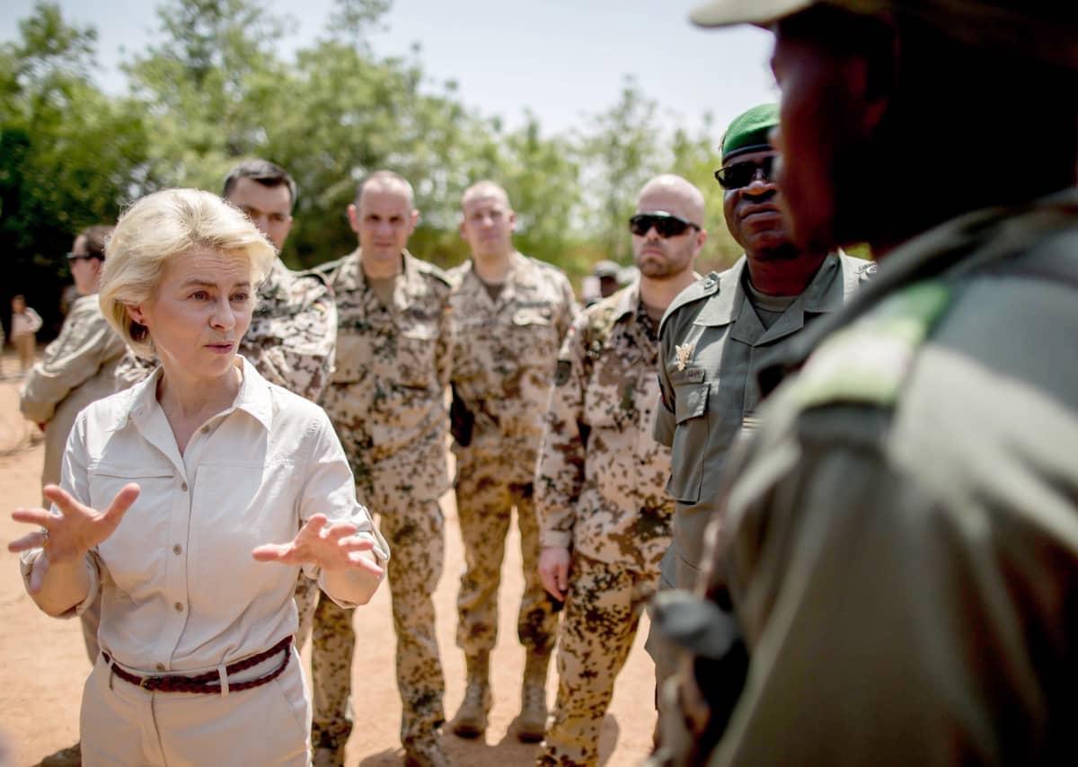 Saksan puolustusministeri Ursula von der Leyen keskusteli sotilaiden kanssa vieraillessaan EU-koulutusoperaatiossa Malissa vuonna 2016.