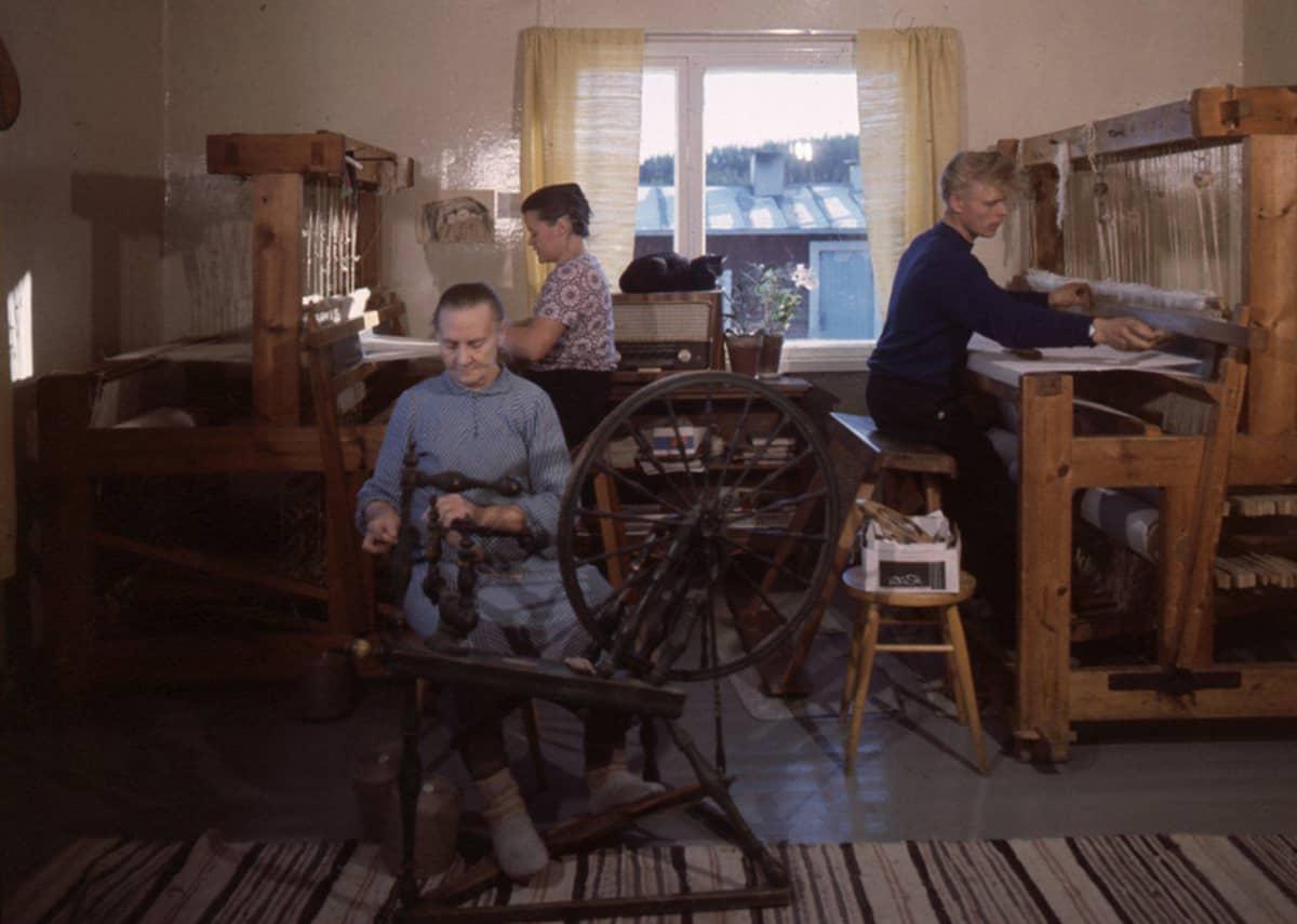 Pohjalaisperhe tekee käsitöitä pirtissä 1960-luvulla.