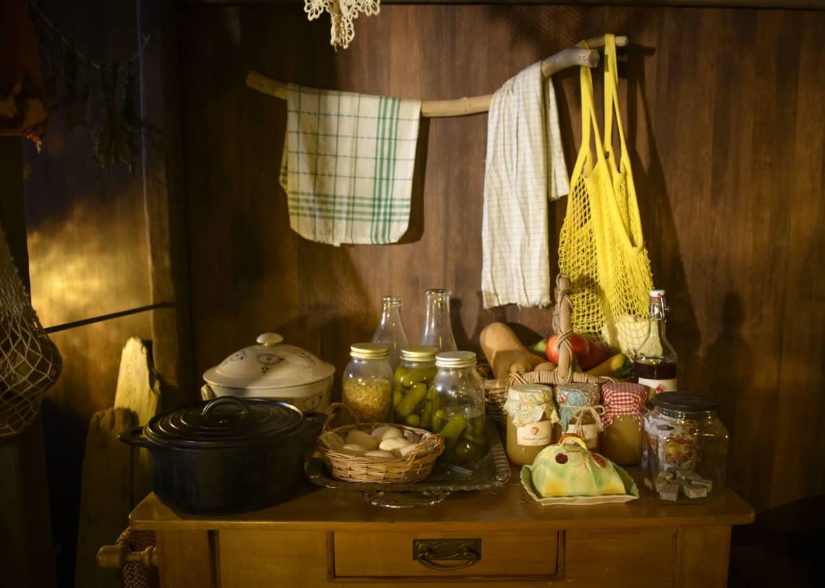 Muumulaakson suunnittelusta vastaava Arisa Kawasaki kävi itse etsimässä jokaisen muumitalon esineen ja huonekalun suomalaisilta kirpputoreilta ja antiikkiliikkeistä.