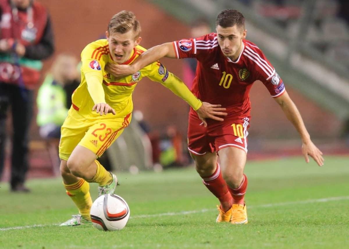 Walesin George Williams (vas.) ja Belgian Eden Hazard (oik.) tavoittelevat palloa.