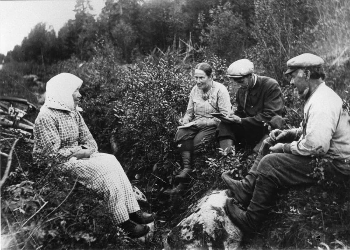 Samuli Paulaharju haastattelee ojan pientareella,  Pohjois-Ruotsi 1921