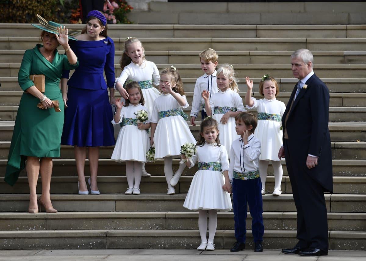 Sarah Ferguson, prinssi Andrew, prinsessa Beatrice, morsiustyttöjä ja sulhaspoikia.