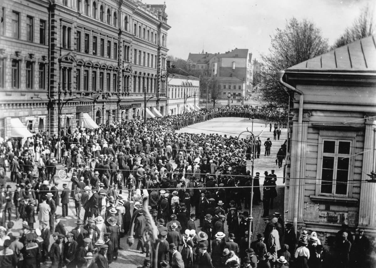 Mielenosoitus kaupunginvaltuustoa vastaan 30.5.1917