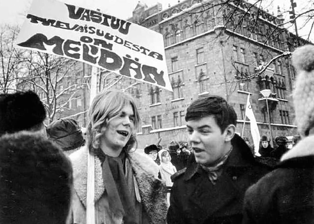 Björn Wahlroos ja Leif Salmen Helsingissä Esplanadin puistossa Teiniliiton mielenosoituksessa opetushallitusta vastaan 1969.