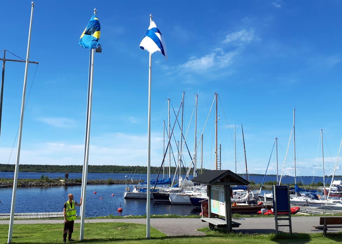 Ruotsin lippua hilataan salosta Kemin Uleninrannan vierasvenesatamassa.
